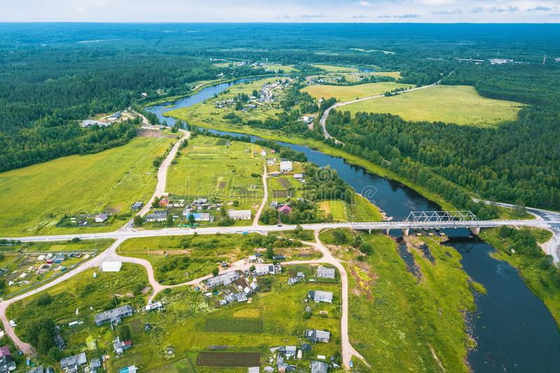 Vista superior do rio, das florestas verdes e da vila Carélia foto de stock royalty free