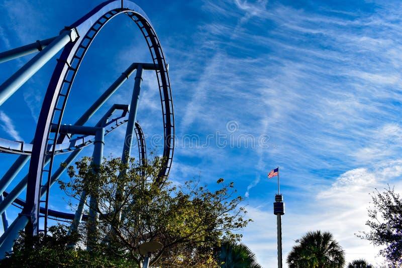 Vista superior do roller coaster e do Sky Tower com a bandeira dos EUA em Seaworld na área internacional da movimentação imagem de stock