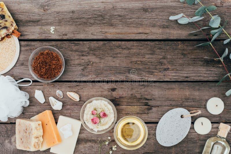 A vista superior do sabão natural, o tratamento dos termas e o sal esfregam foto de stock