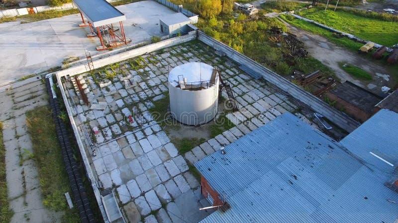 Vista superior do tanque de óleo estoque Tanque de armazenamento do óleo na planta petroquímica da indústria da refinaria no petr foto de stock