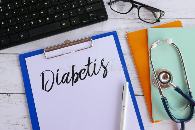 Vista superior do teclado, dos vidros, dos livros, do estetoscópio, da pena, da prancheta e do papel escritos com Diabetis imagem de stock royalty free