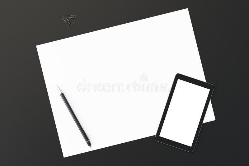 Vista superior do telefone celular, do papel e da pena vazios em uma tabela preta, mo imagem de stock