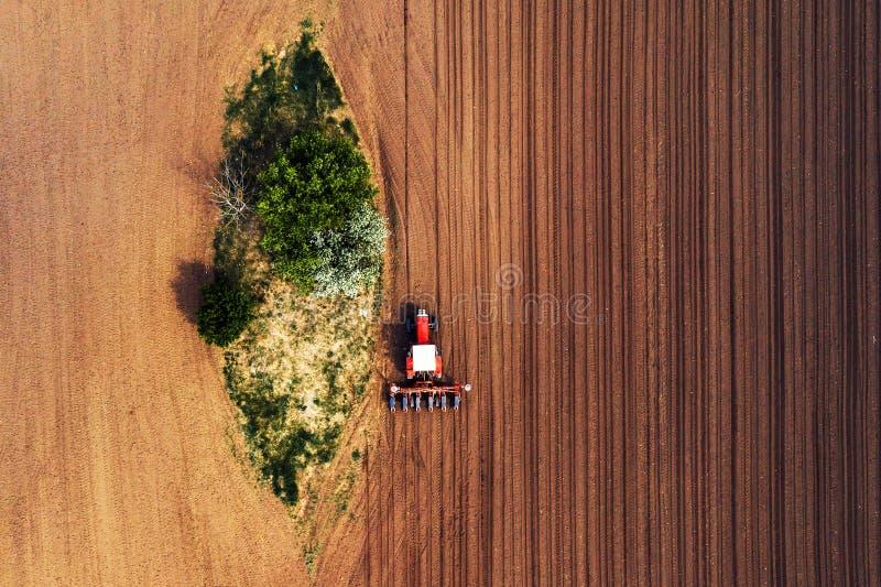 Vista superior do trator com a máquina de semear do zangão pov fotografia de stock royalty free
