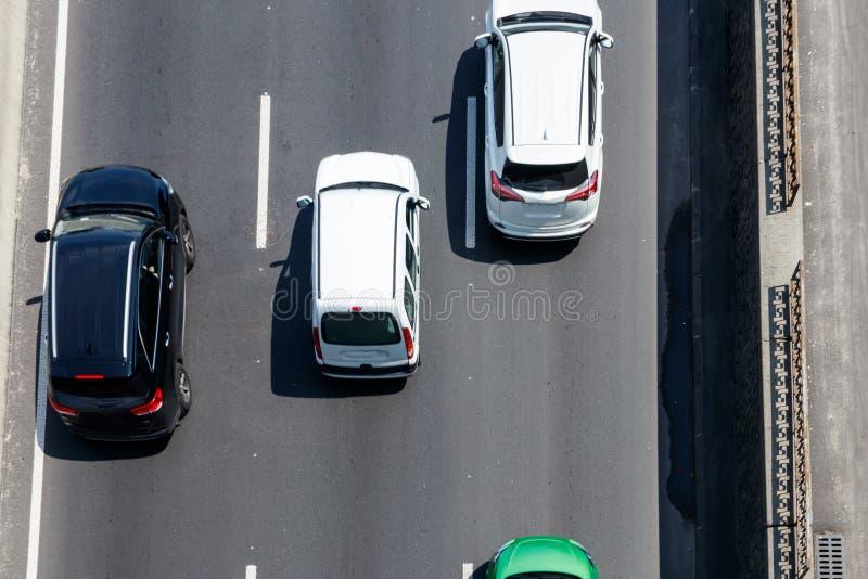 Vista superior dos carros que movem sobre a estrada imagens de stock