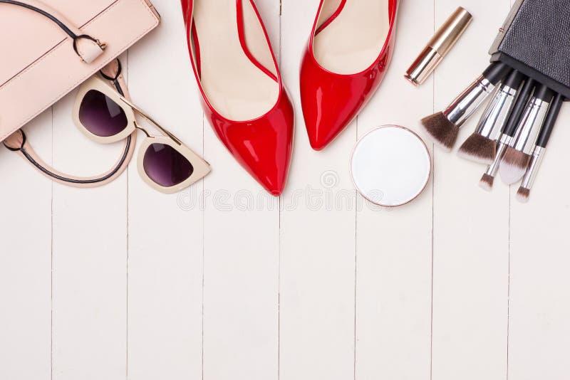 Vista superior dos cosméticos e de acessórios fêmeas Fundamentos da mulher imagem de stock