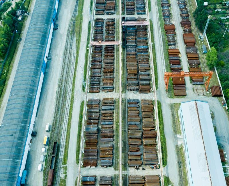 Vista superior dos hangares Hangar de folhas de metal galvanizadas para o armazenamento dos produtos agr?colas e do equipamento d imagem de stock royalty free