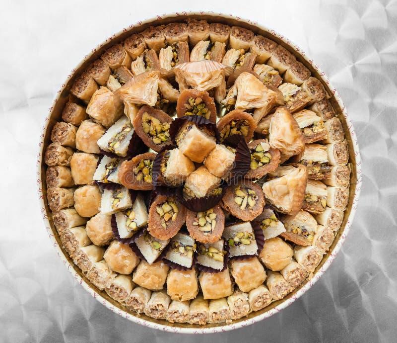 Vista superior dos muitos baklava doce árabe tradicional da pastelaria foto de stock