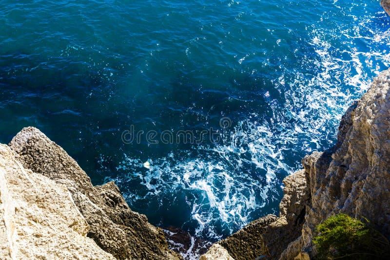 Vista superior dos penhascos, baías, mar claro - fundo da natureza fotografia de stock royalty free