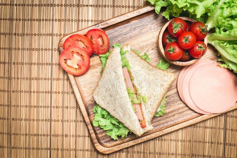 Vista superior dos sanduíches e do presunto com tomates, sanduíche de clube com queijo e vegetal imagem de stock