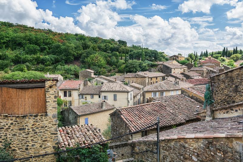 Vista superior dos telhados de Saint Montan da vila foto de stock royalty free