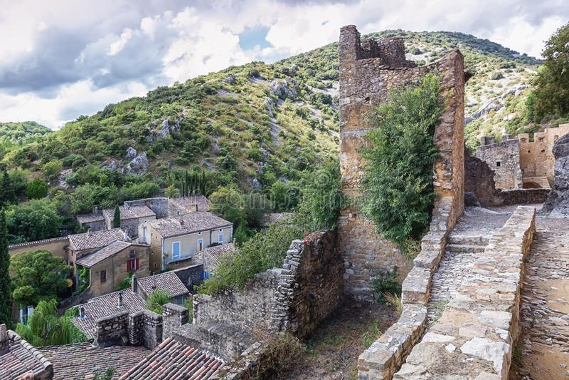 Vista superior dos telhados de Saint Montan da vila com o re fotografia de stock royalty free
