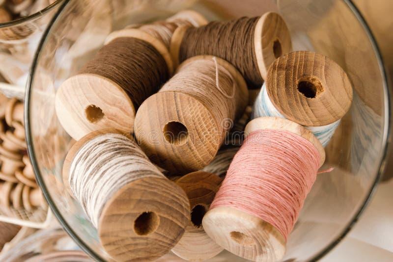 Vista superior em bobinas de madeira com as linhas coloridas das cores pastel imagem de stock