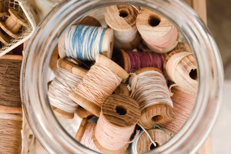 Vista superior em bobinas de madeira com linhas coloridas imagem de stock royalty free