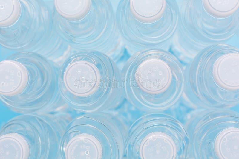 Vista superior em fileiras de refrescar a água natural na garrafa plástica mim foto de stock royalty free