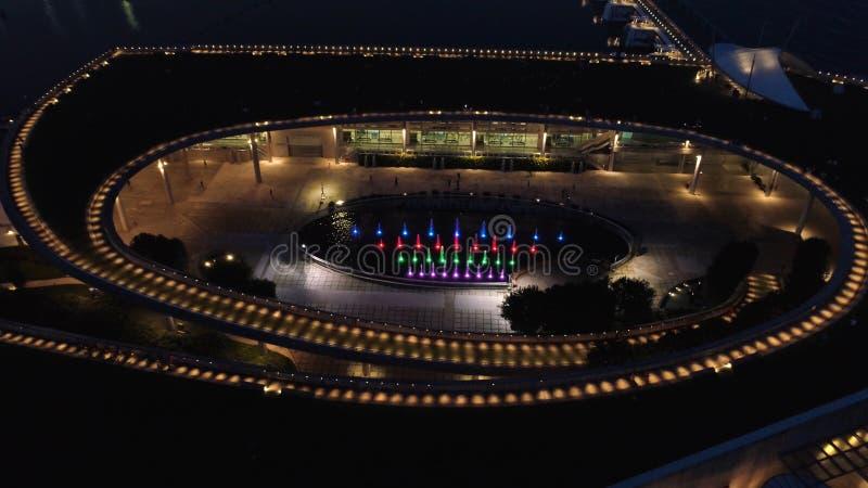 Vista superior em fontes no parque em Singapura tiro Skyline da cidade de Singapura na noite e na opinião Marina Bay Top View fotografia de stock royalty free
