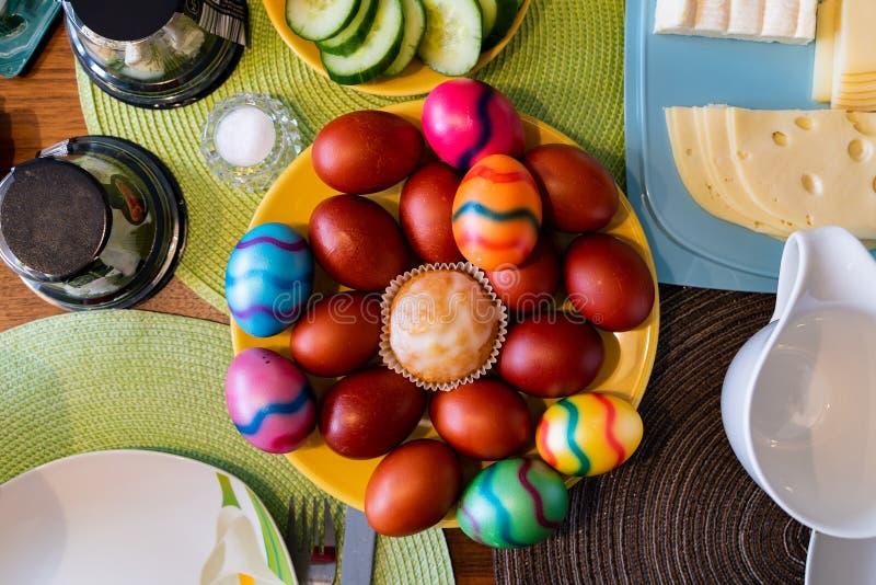 Vista superior em ovos coloridos em uma tabela de café da manhã da Páscoa imagem de stock royalty free