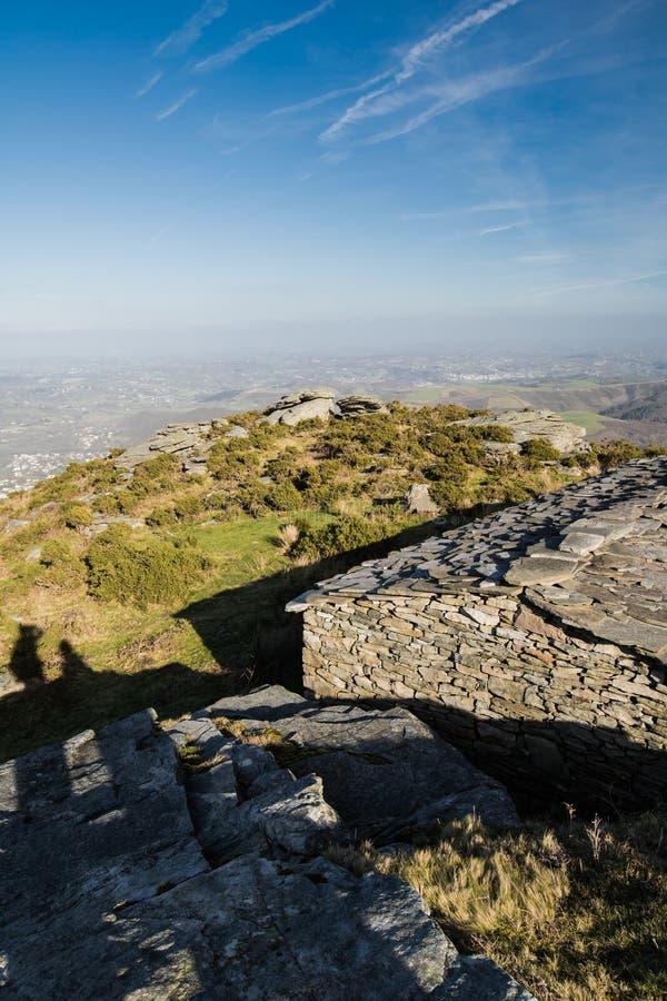 A vista superior em Saint brim de luz no litoral atlântico das montanhas com o celeiro de pedra velho dos carneiros e os pares mo imagens de stock royalty free