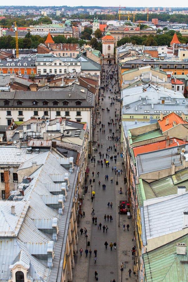 Vista superior em uma das ruas no centro velho de Krakow foto de stock