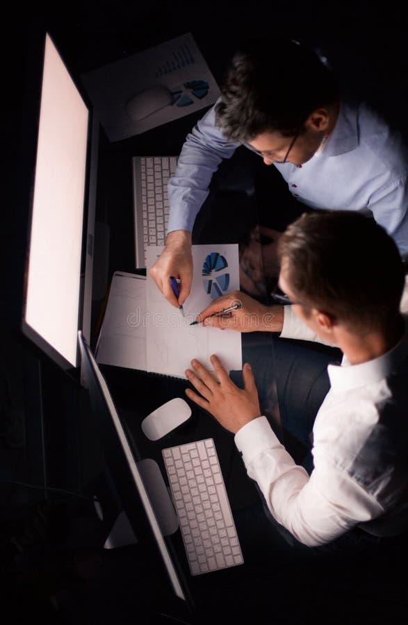 Vista superior empregados que verificam dados financeiros fotografia de stock royalty free