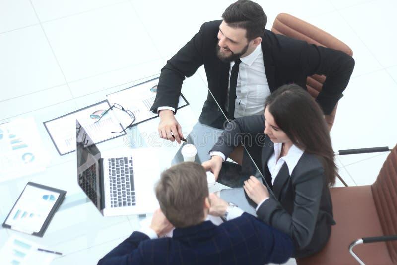 Vista superior A equipe do negócio analisa dados financeiros imagens de stock royalty free