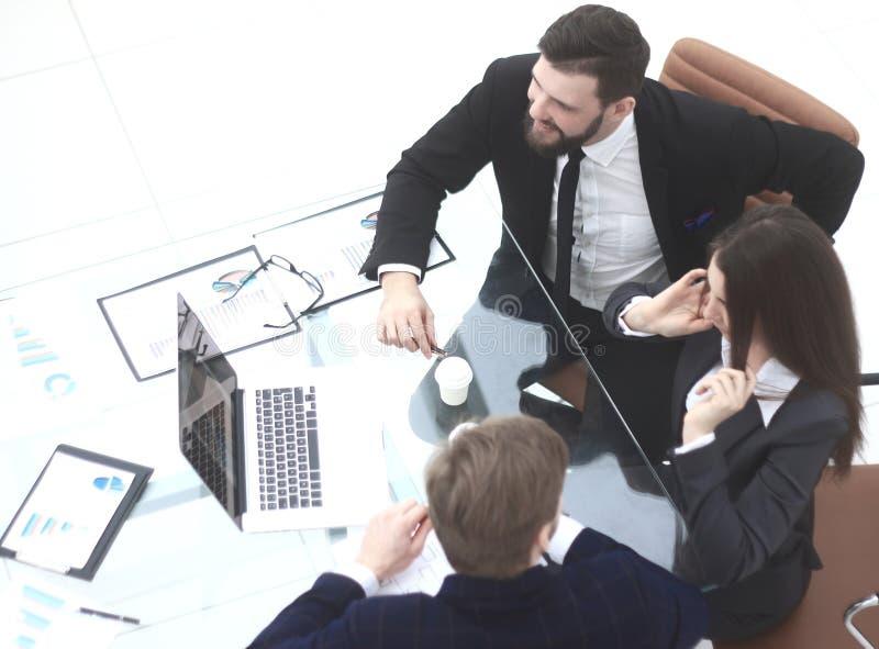 Vista superior A equipe do negócio analisa dados financeiros foto de stock