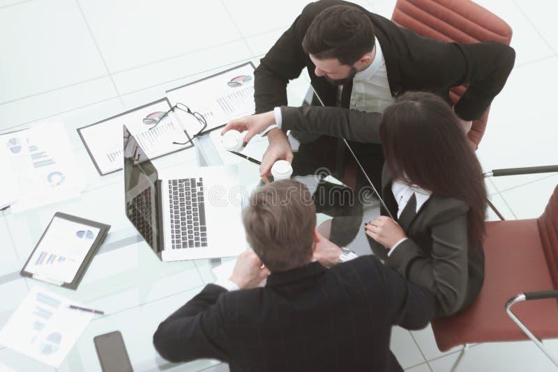 Vista superior a equipe do negócio analisa nos dados financeiros imagens de stock