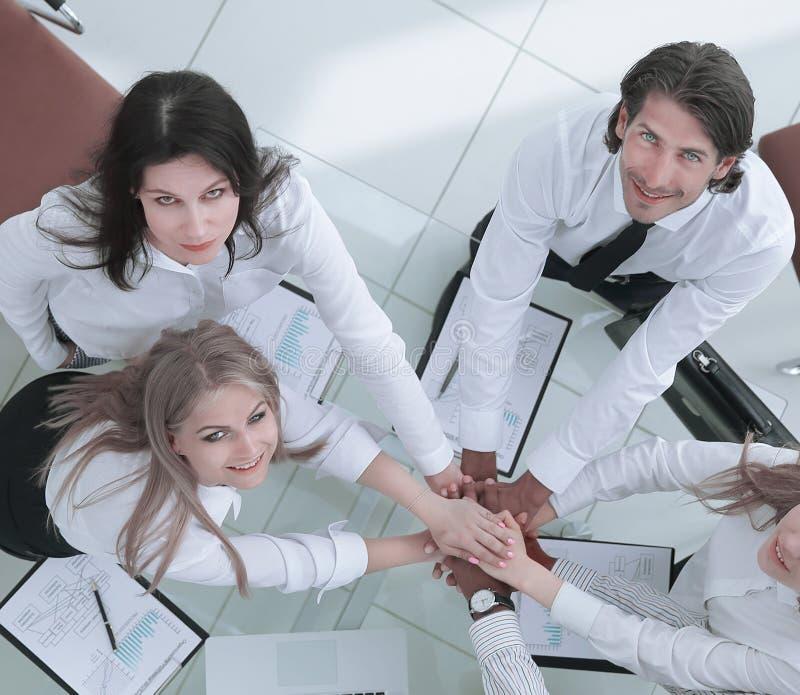 Vista superior A equipe profissional do negócio mostra seu sucesso fotografia de stock royalty free