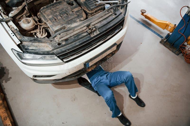 Vista superior Funcionário do uniforme de cor azul no salão de automóvel fotografia de stock royalty free
