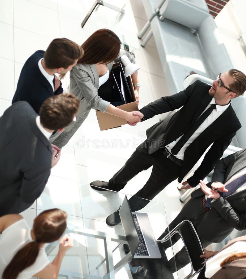 Vista superior gestor de projeto que agita as mãos com empregado novo imagem de stock royalty free
