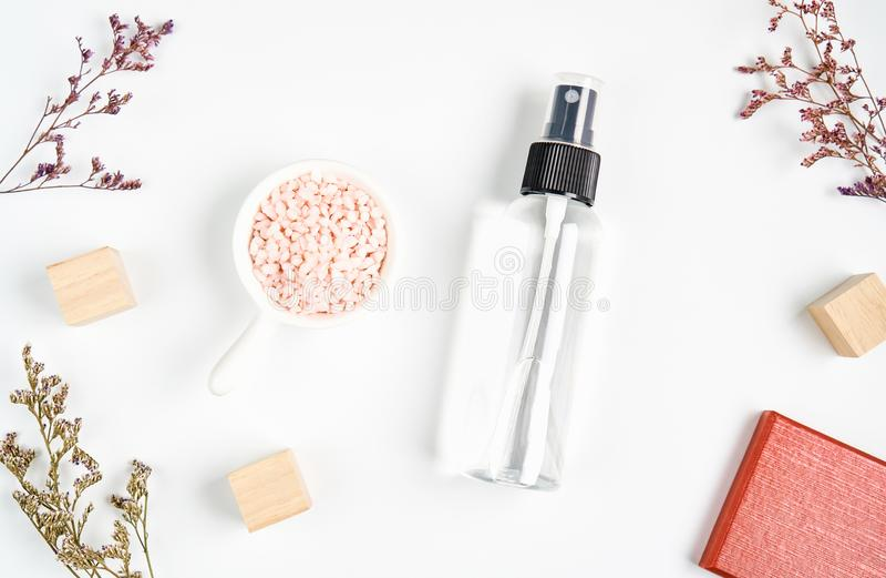 Vista superior, ingredientes de produtos dos cuidados com a pele o vidro, pacote vazio da etiqueta para o modelo no fundo branco imagens de stock royalty free