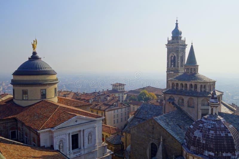 Vista superior a las catedrales de Bérgamo y de la ciudad imagen de archivo libre de regalías