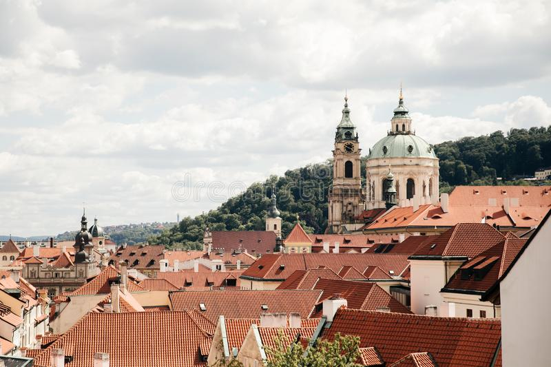 Vista superior a los tejados de teja roja de la ciudad de Praga imágenes de archivo libres de regalías