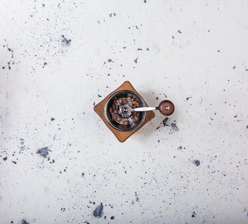 Vista superior Moedor de madeira tradicional do moinho de café no fundo marmoreado branco fotos de stock royalty free