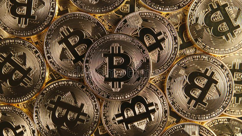 VISTA SUPERIOR: Muitas moedas do bitcoin imagem de stock royalty free