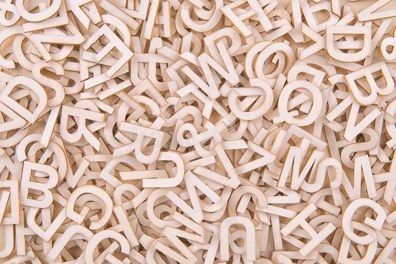 Vista superior na textura do fundo de letras de madeira imagens de stock