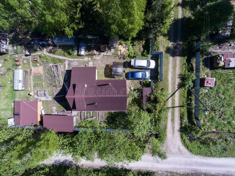 Vista superior nas casas de campo na vila do russo na temporada de verão fotografia de stock royalty free