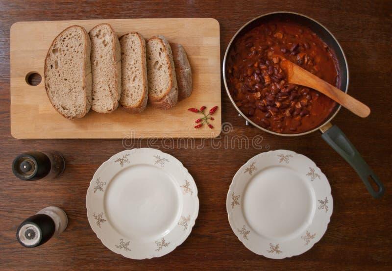 Vista superior no alimento mexicano na bandeja, na placa de corte de madeira com pimentas e no pão imagens de stock royalty free