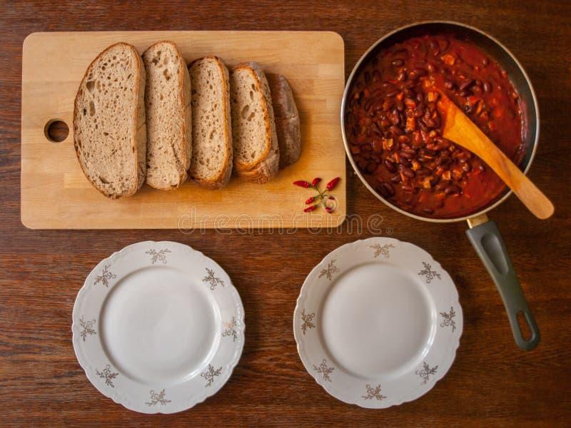 Vista superior no alimento mexicano na bandeja, na placa de corte de madeira com pimentas e no pão fotos de stock