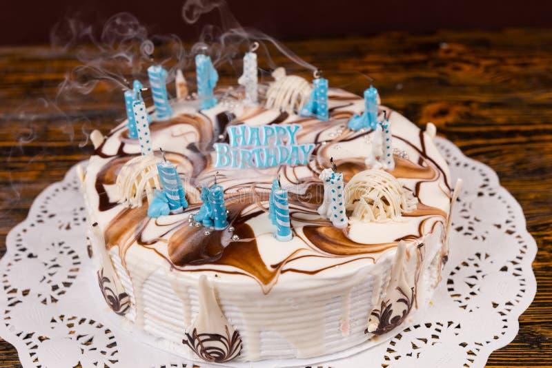 Vista superior no bolo de aniversário caseiro com lotes apenas do extinguishe foto de stock