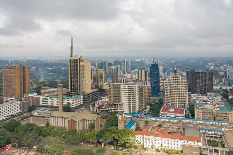 Vista superior no distrito financeiro central de Nairobi do heliporto de Kenyatta International Conference Centre foto de stock royalty free