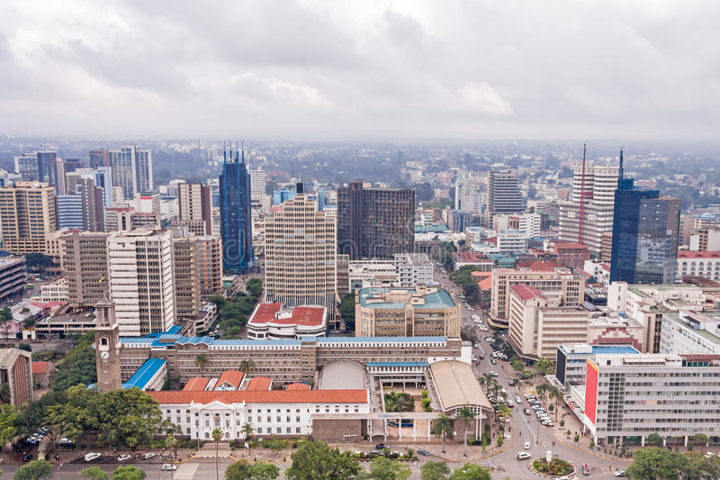 Vista superior no distrito financeiro central de Nairobi do heliporto de Kenyatta International Conference Centre imagens de stock