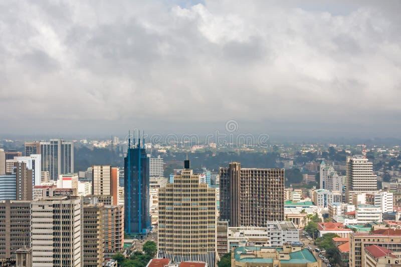 Vista superior no distrito financeiro central de Nairobi do heliporto de Kenyatta International Conference Centre fotografia de stock