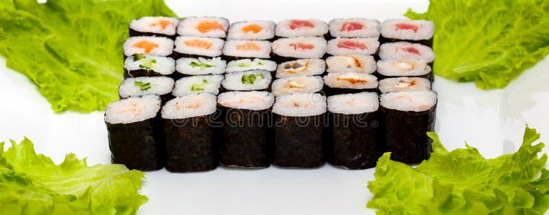 Vista superior no grupo do sushi isolado sobre o fundo branco Placa com close-up dos rolos fotografia de stock royalty free