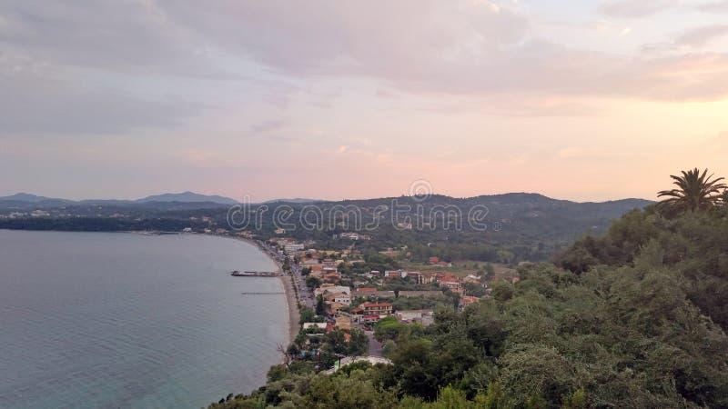 A vista superior no mar e na praia da ilha de Corfu imagens de stock