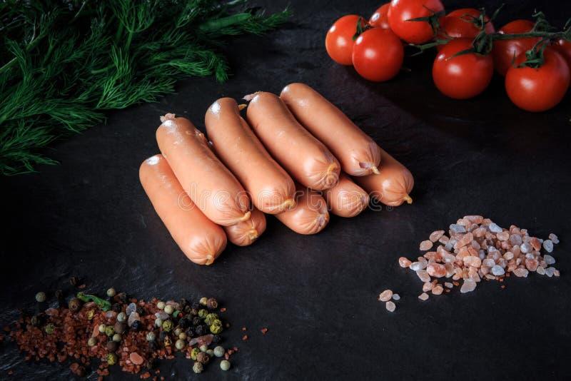Vista superior no mont?o de salsichas longas com rucola e tomates fotos de stock
