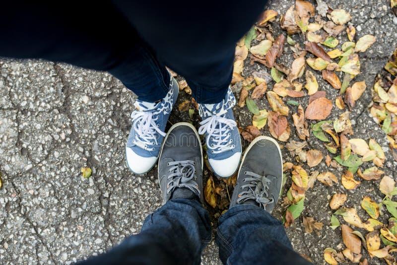 Vista superior nos pés do homem e da fêmea fotos de stock royalty free