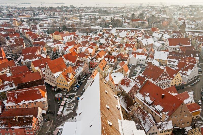 Vista superior panorâmico na cidade medieval do inverno dentro da parede fortificada Nordlingen, Baviera, Alemanha fotos de stock