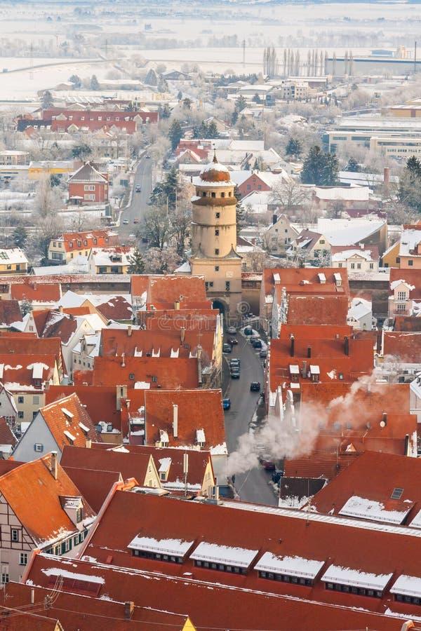 Vista superior panorâmico na cidade medieval do inverno dentro da parede fortificada Nordlingen, Baviera, Alemanha foto de stock royalty free