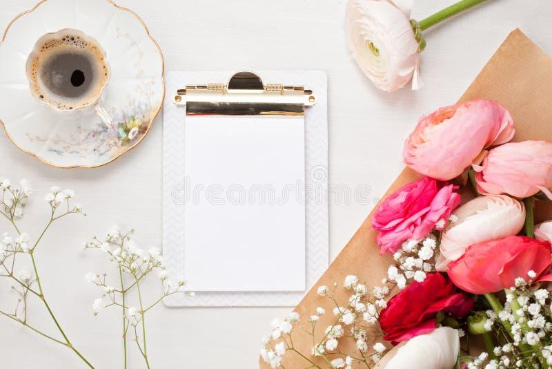 Vista superior para picar flores e xícara de café imagens de stock royalty free