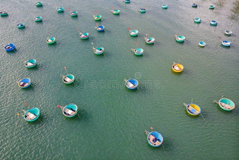 Vista superior Porto de pesca da vista aérea do zangão imagem do barco da cesta no porto ou na aldeia piscatória de pesca de Mui  imagens de stock royalty free